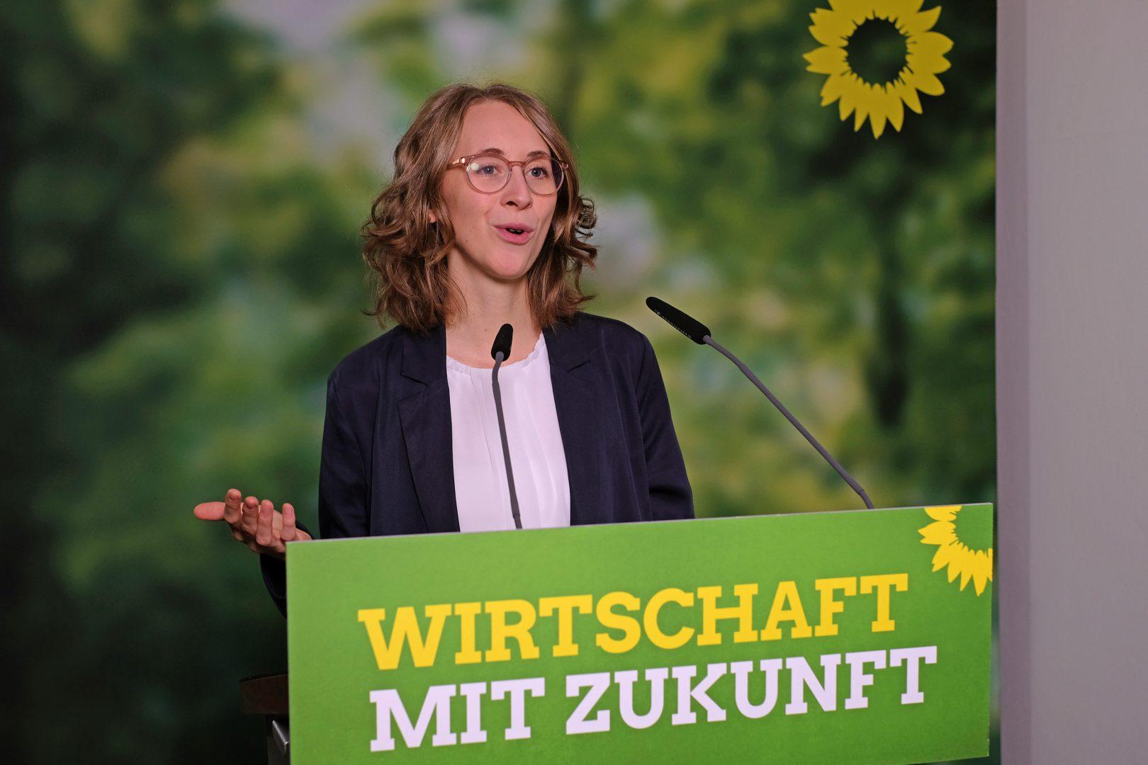 """Parteivorsitzende Eva Lettenbauer während ihrer Rede zum Leitantrag """"Wirtschaft in Bayern: nachhaltig und innovativ"""""""