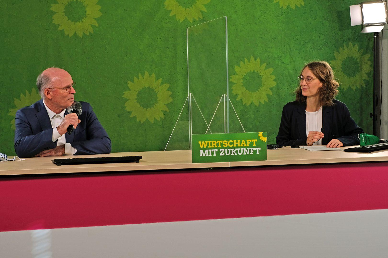 Parteivorsitzende Eva Lettenbauer im Gespräch mit Dr. Rudolf Staudigl, Vorstandsvorsitzender der Wacker Chemie AG