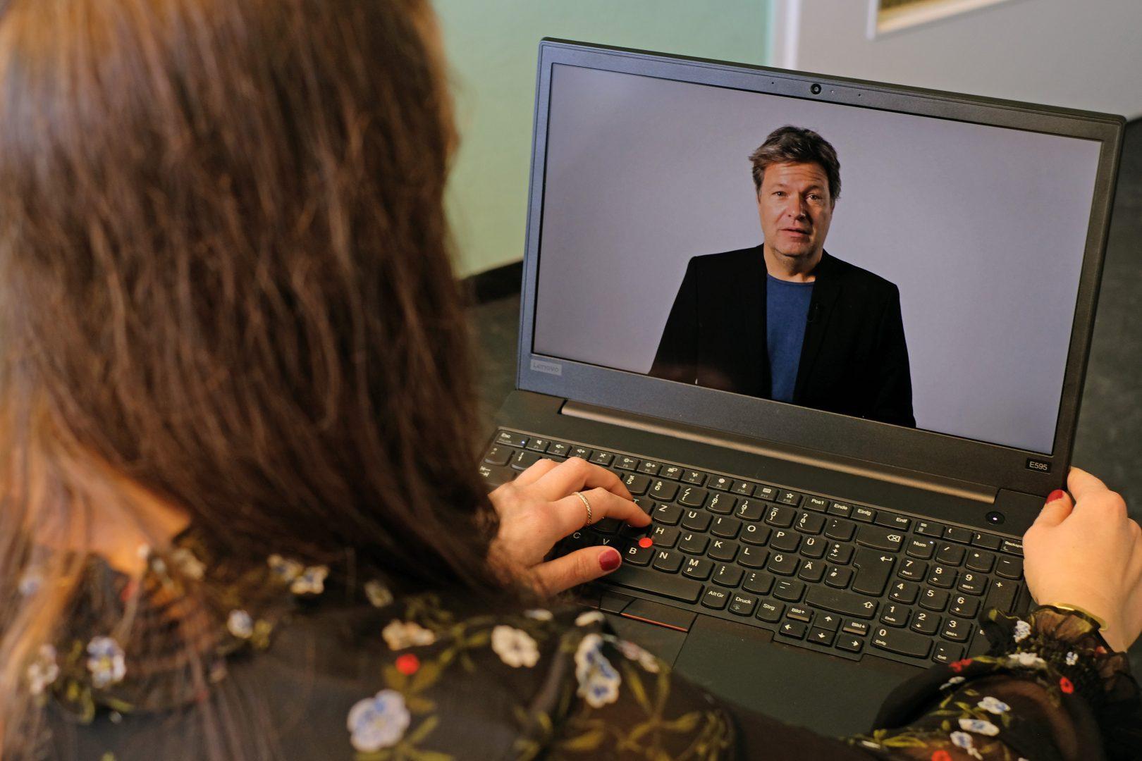 Der Bundesvorsitzende Robert Habeck war per Videobotschaft mit dabei; das Bild zeigt, wie seine Rede gerade auf einem Laptop läuft