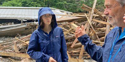 Eva Lettenbauer vor Ort an der zerstörten Rodelbahn in Schönau am Königssee