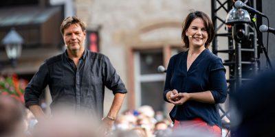 Annalena Baerbock und Robert Habeck auf einer Bühne während des Auftaktes zu ihren Wahlkampf-Touren