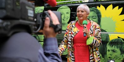 Claudia Roth beim Pressestatement vor ihrem Elektro-Tourbus