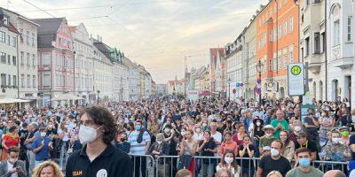 Die Maximilianstraße in Augsburg voller Menschen während des Auftritts von Annalena Baerbock, Claudia Roth und Eva Lettenbauer