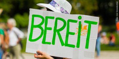 """Ein handgemaltes Schild mit der Aufschrift """"Bereit"""" während einer grünen Wahlkampfveranstaltung"""