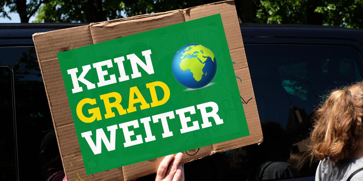 Kein Grad weiter: Das Motto des weltweiten Klimastreiks am 25.9., digital auf ein Demoschild montiert, das von einer jungen Frau gehalten wird; dazu das Emoji-Symbol der Erdkugel