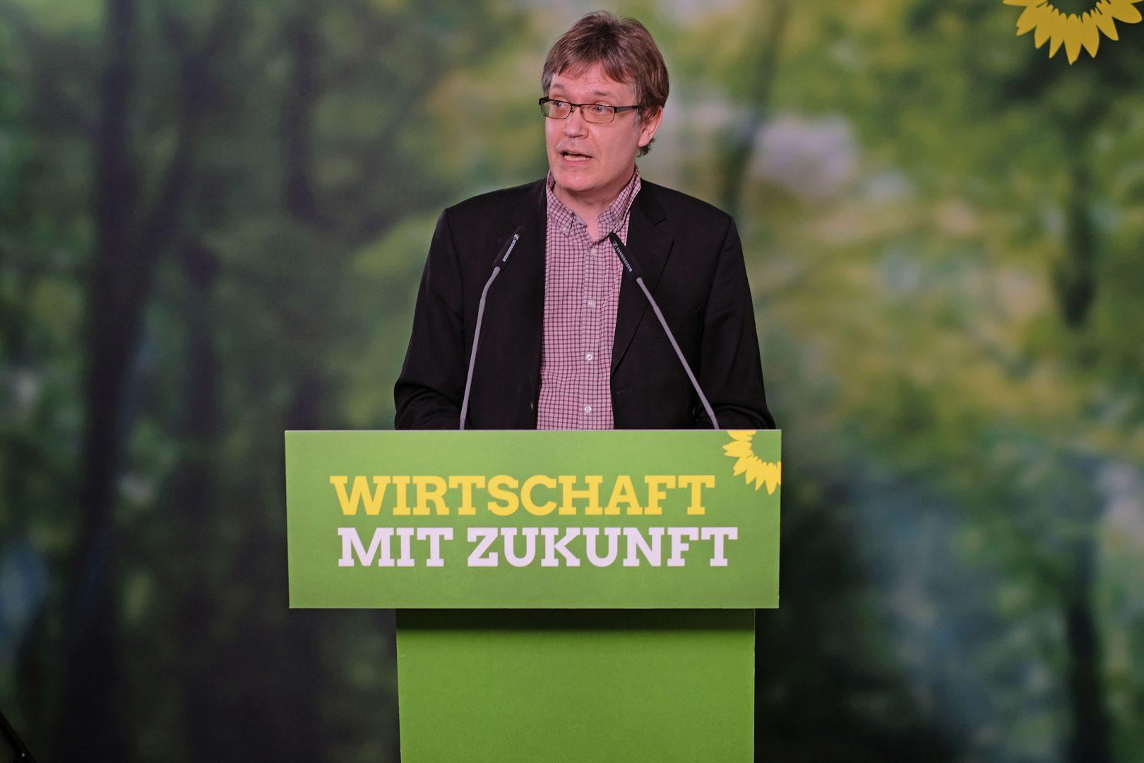 Landesschatzmeister Sascha Müller präsentiert den Finanzplan fürs kommende Jahr