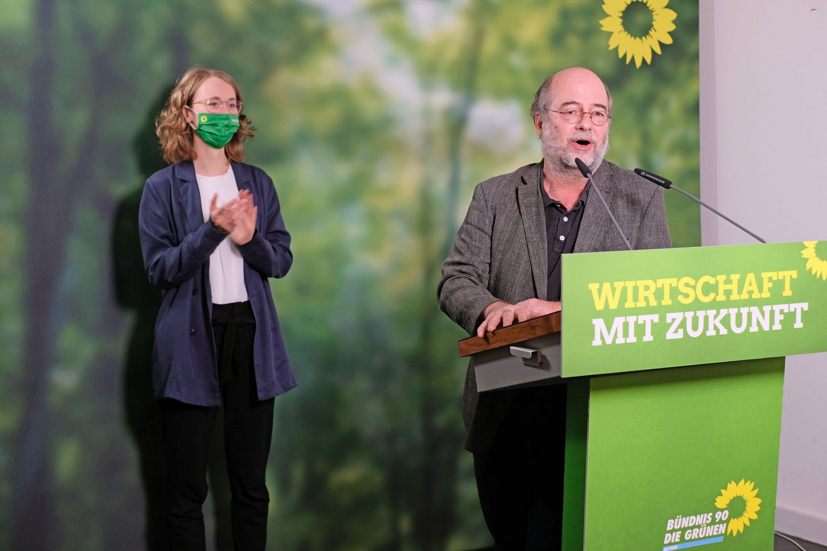 Eva Lettenbauer und Eike Hallitzky verabschieden die Delegierten und Zuschauer*innen am Ende des Parteitags