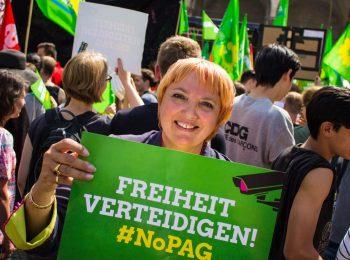 """Claudia Roth bei der Großdemo gegen das neue bayerische Polizeiaufgabengesetz im Mai 2018 in München. Sie hält ein grünes Schild mit der Aufschrift """"Freiheit verteidigen. #NoPAG"""""""