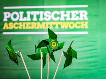 Dekoration bei einer grünen politischen Aschermittwochs-Veranstaltung