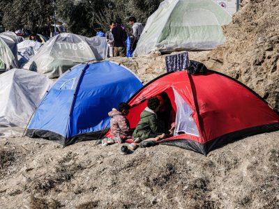 Aufnahme aus dem Flüchtlingslager bei Moria auf Lesbos aus dem November 2019: Zwei Kinder sitzen vor einem Zelt auf dem felsigen Boden
