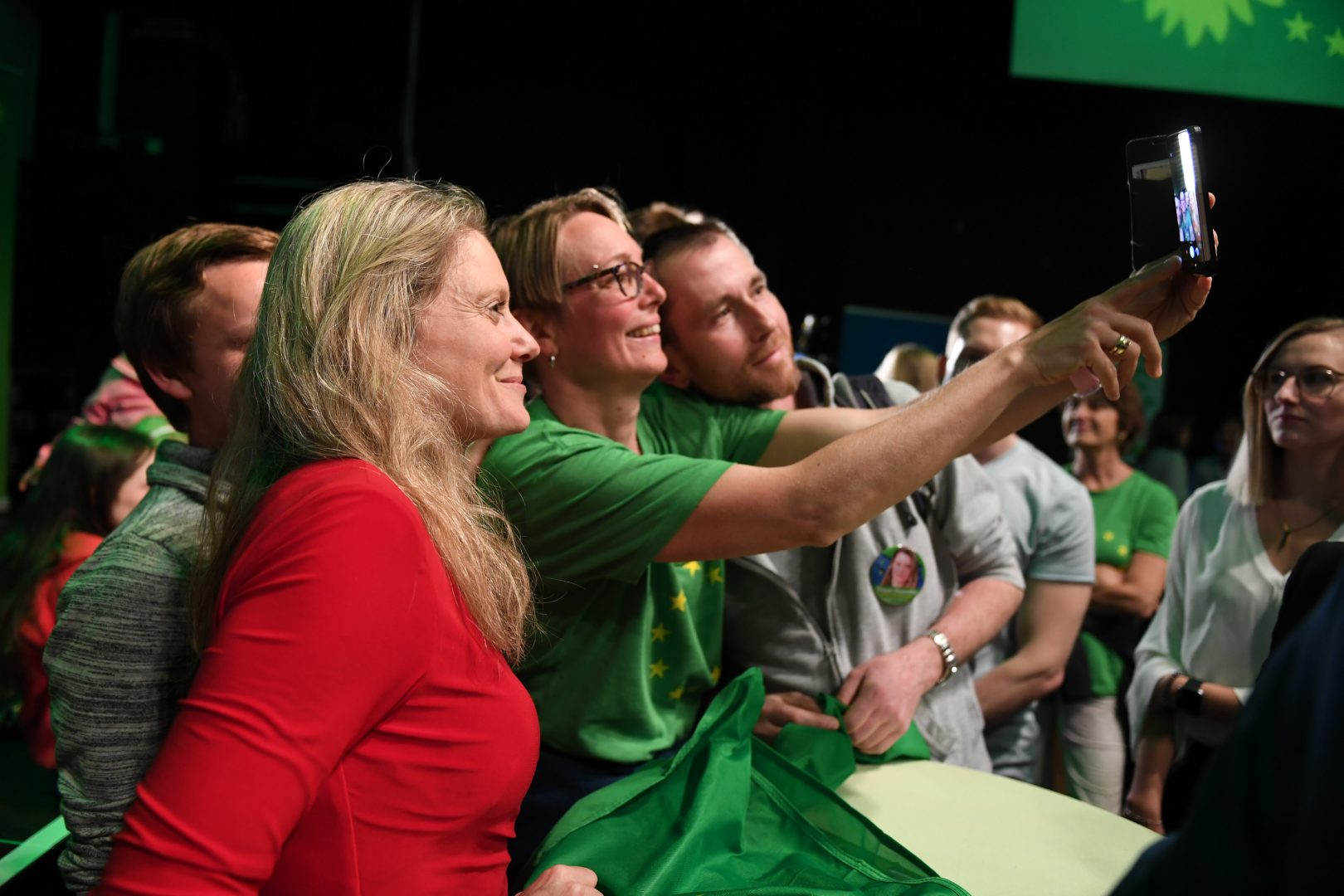 Grüne Mitglieder möchten ein Selfie mit Henrike Hahn aufnehmen