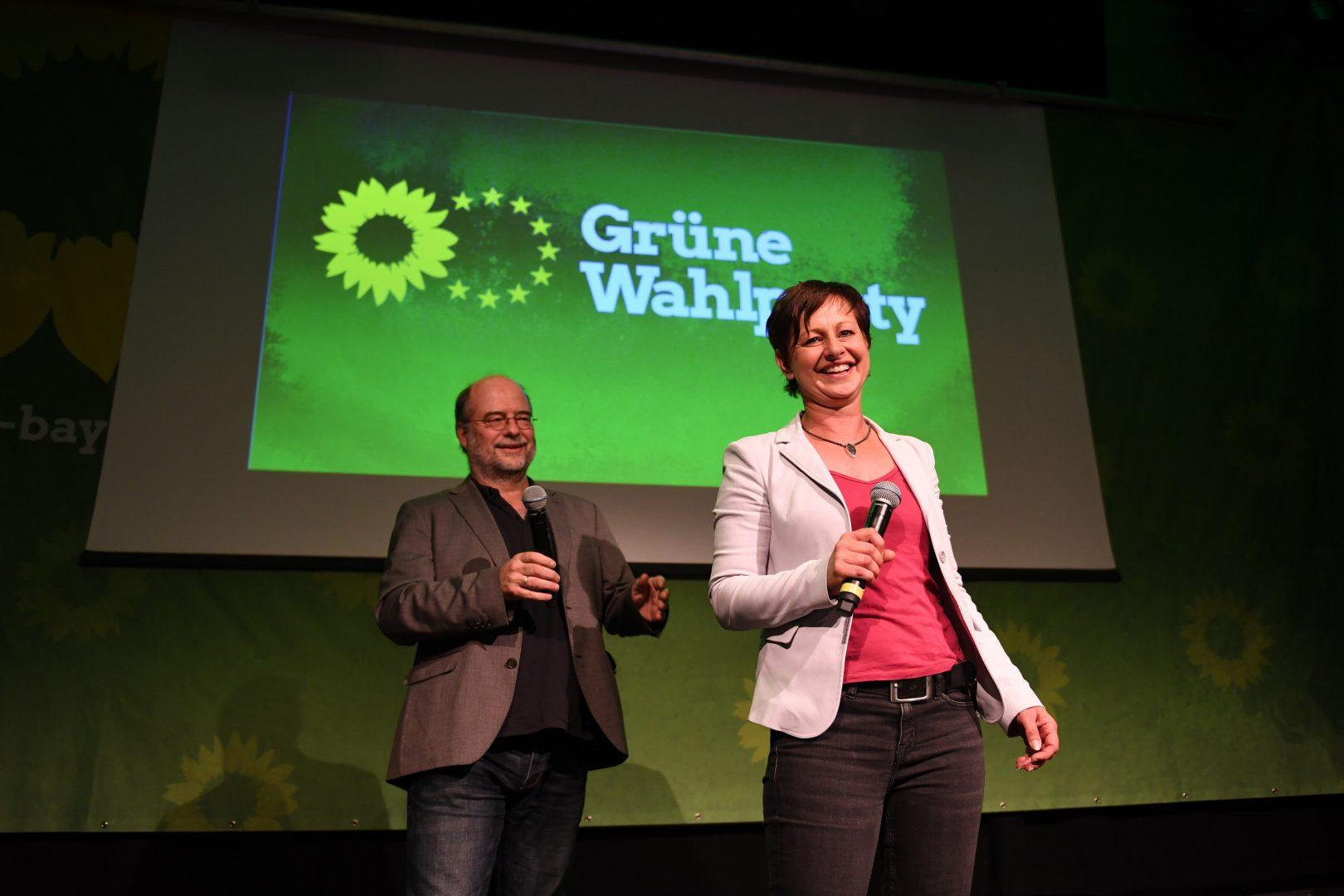 Sigi Hagl und Eike Hallitzky begrüßen die Grünen auf der Wahlparty