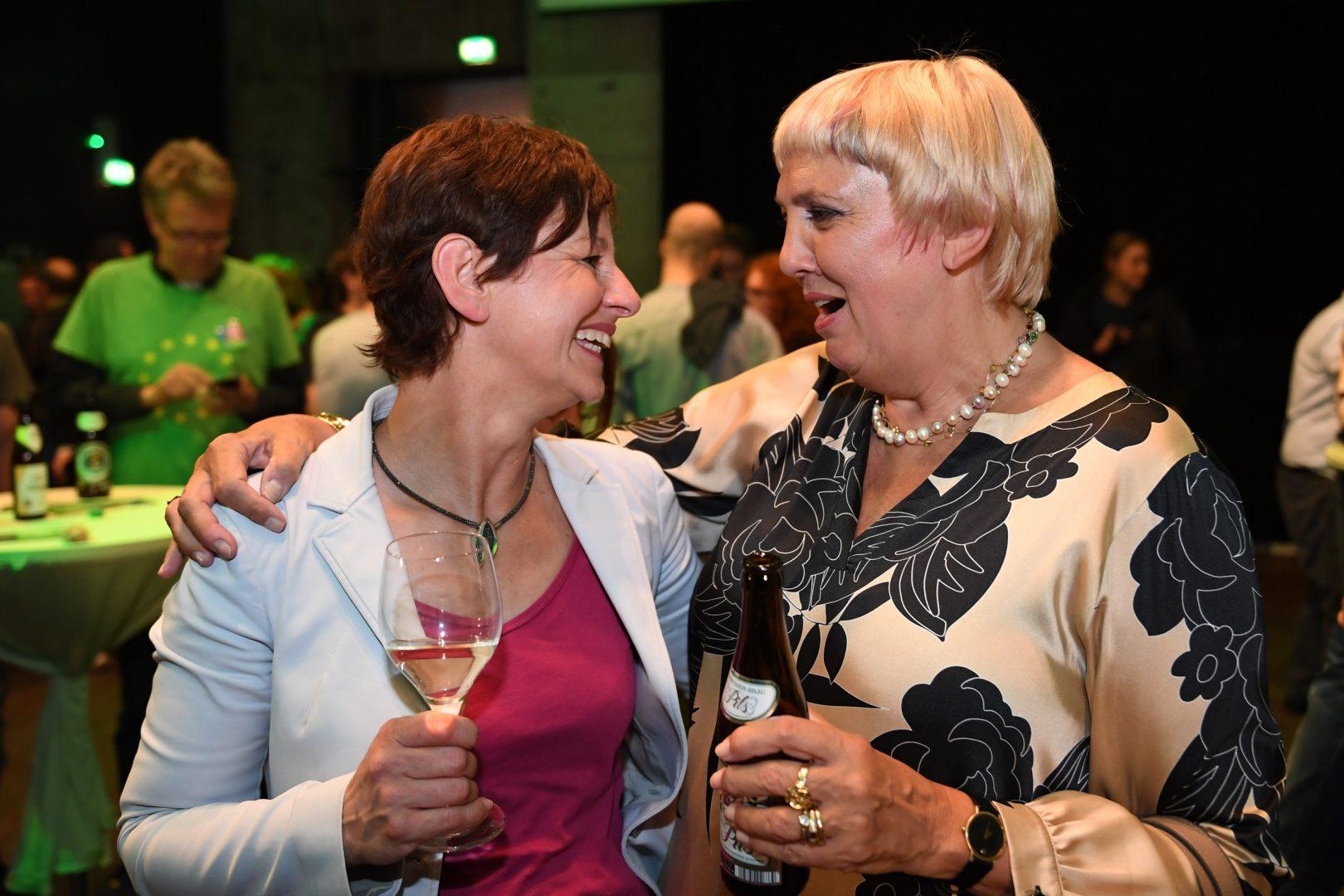 Claudia Roth und Sigi Hagl freuen sich gemeinsam
