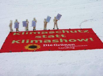 """2007 setzen die Landtags-Grünen auf der Zugspitze ein Zeichen für echten Klimaschutz. Als Eisbären verkleidete Menschen stehen neben einem großen Banner mit dem Text """"Klimaschutz statt Klimashow"""""""