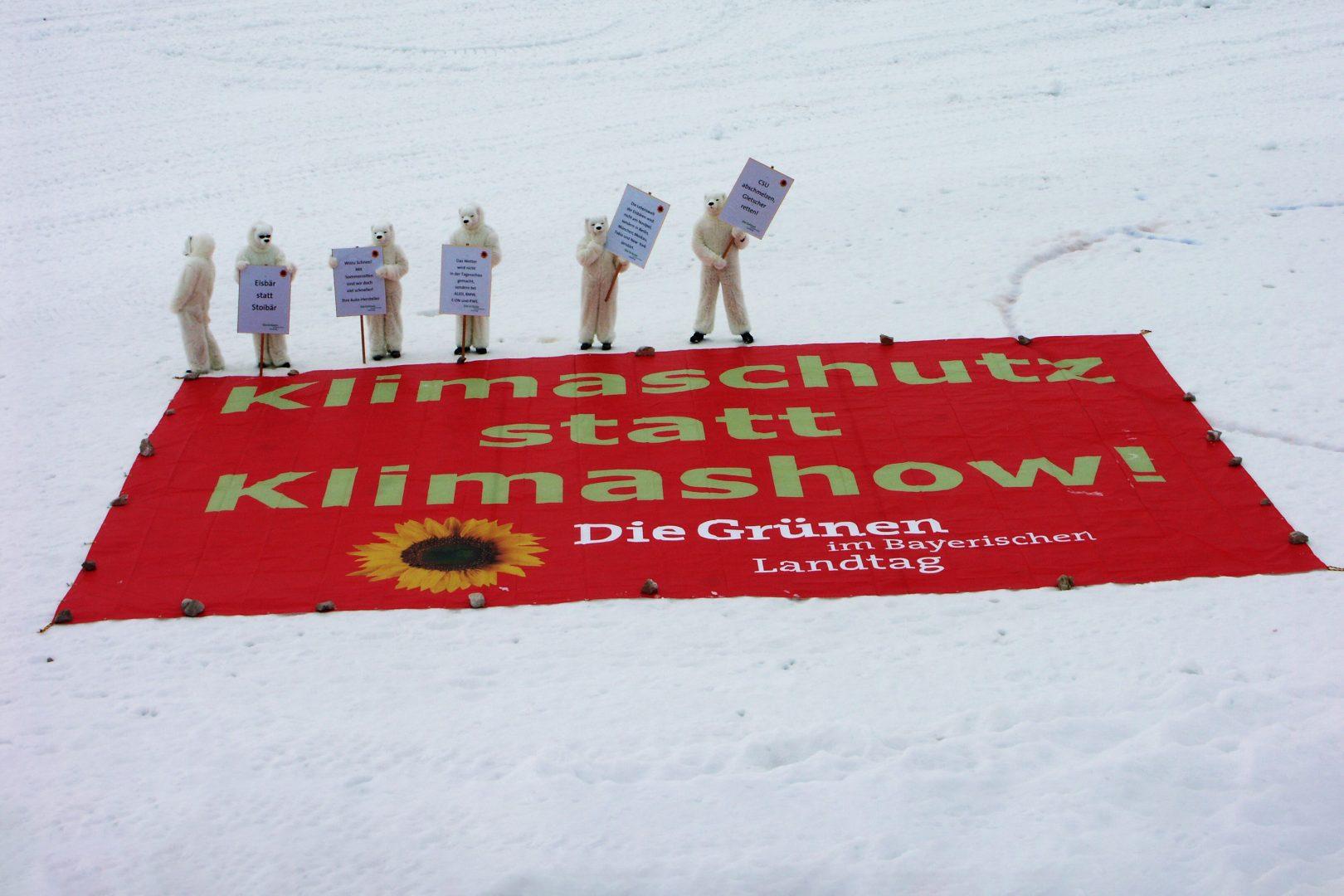 2007: Aktion der Landtags-Grünen für mehr Klimaschutz auf der Zugspitze. Menschen in Eisbärkostümen stehen vor einem Großbanner mit der Aufschrift