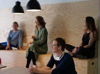 Eva Lettenbauer und Katharina Schulze in einem modernen Meetingraum im Gründerzentrum LINK in Landshut