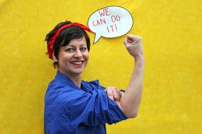 """""""We can do it!"""" Landesvorsitzende Sigi Hagl ahmt bei der Frauentagsaktion der Grünen Jugend 2017 das berühmte amerikanische Plakat nach."""