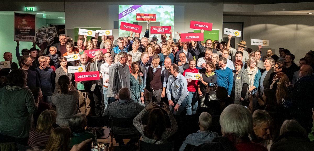 Gruppenbild mit Robert und Kandidierenden zur Kommunalwahl in Aschaffenburg