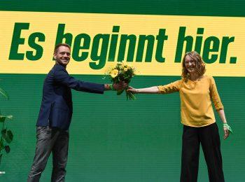 Eva Lettenbauer überreicht Thomas von Sarnowski zur gewonnen Vorsitzenden-Wahl einen Blumenstrauß, mit Corona-Distanz.