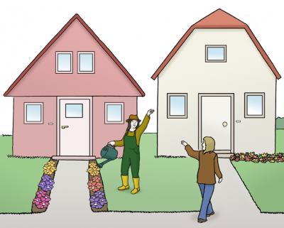 Zwei Häuser stehen nebeneinander. Im Vorgarten des einen Hauses gießt eine Frau Blumen. Dabei grüßt sie ihre Nachbarin.