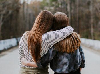 Zwei junge Frauen Arm in Arm