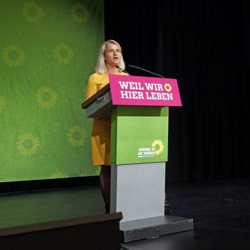 Verena Bentele, Präsidentin des Sozialverbands VdK Deutschland, als Gastrednerin auf der Bühne des Landesparteitags der bayerischen Grünen 2019 in Lindau