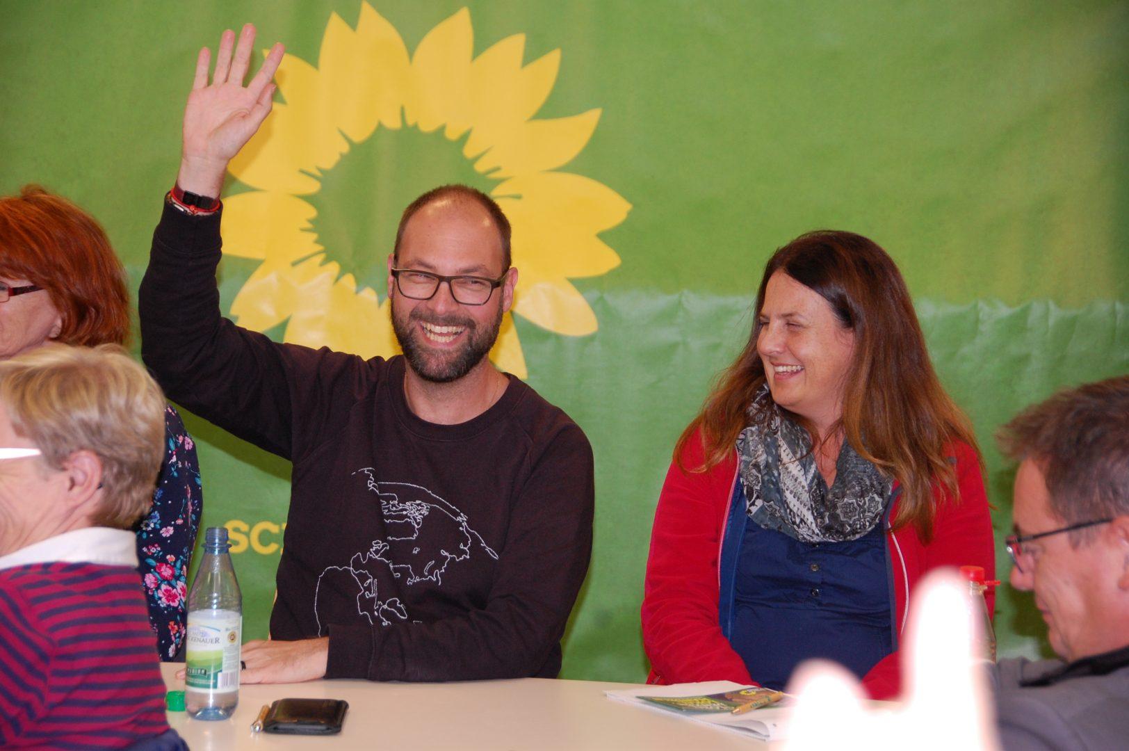 Gute Stimmung bei der Gründung des grünen Ortsverbandes in Gochsen: Ein Teilnehmer hebt die Hand zur Abstimmung