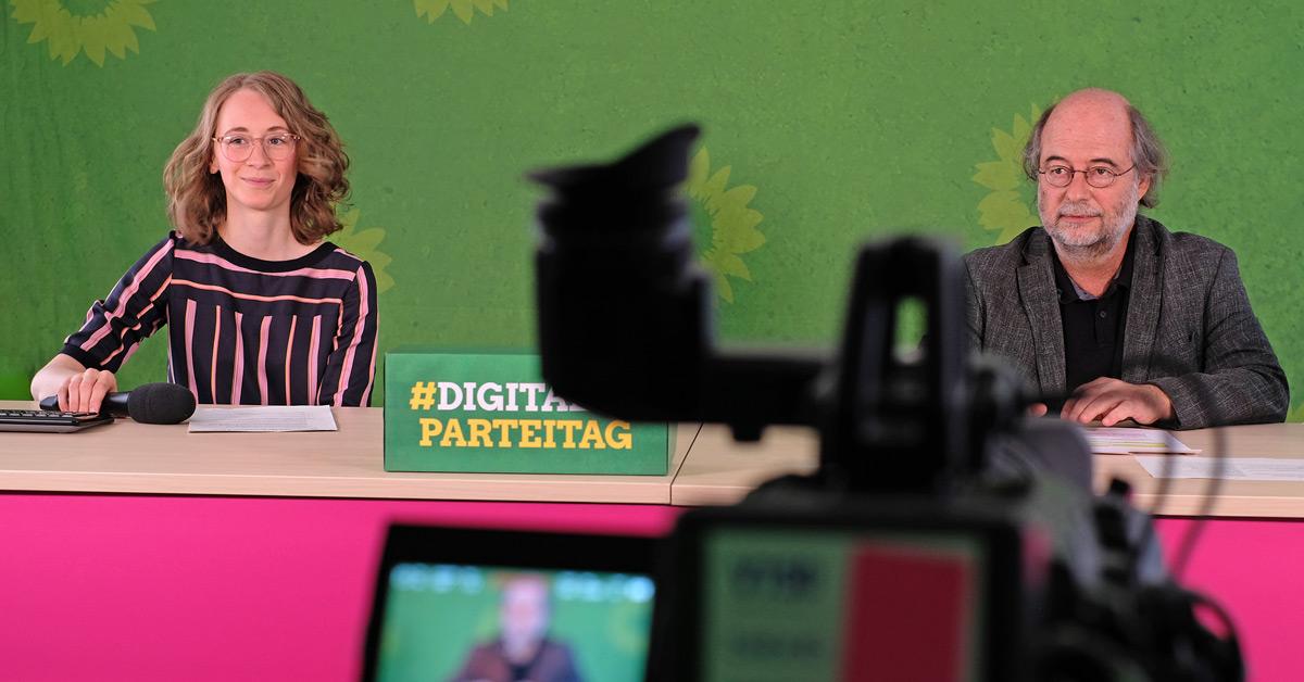 Die grünen Landesvorsitzenden Eva Lettenbauer und Eike Hallitzky im Studio des Digitalen Parteitags