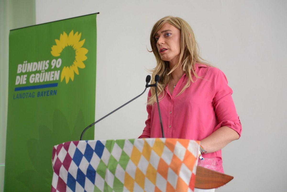 MdL Tessa Ganserer, queerpolitische Sprecherin der grünen Landtagsfraktion, während eines Vortrags