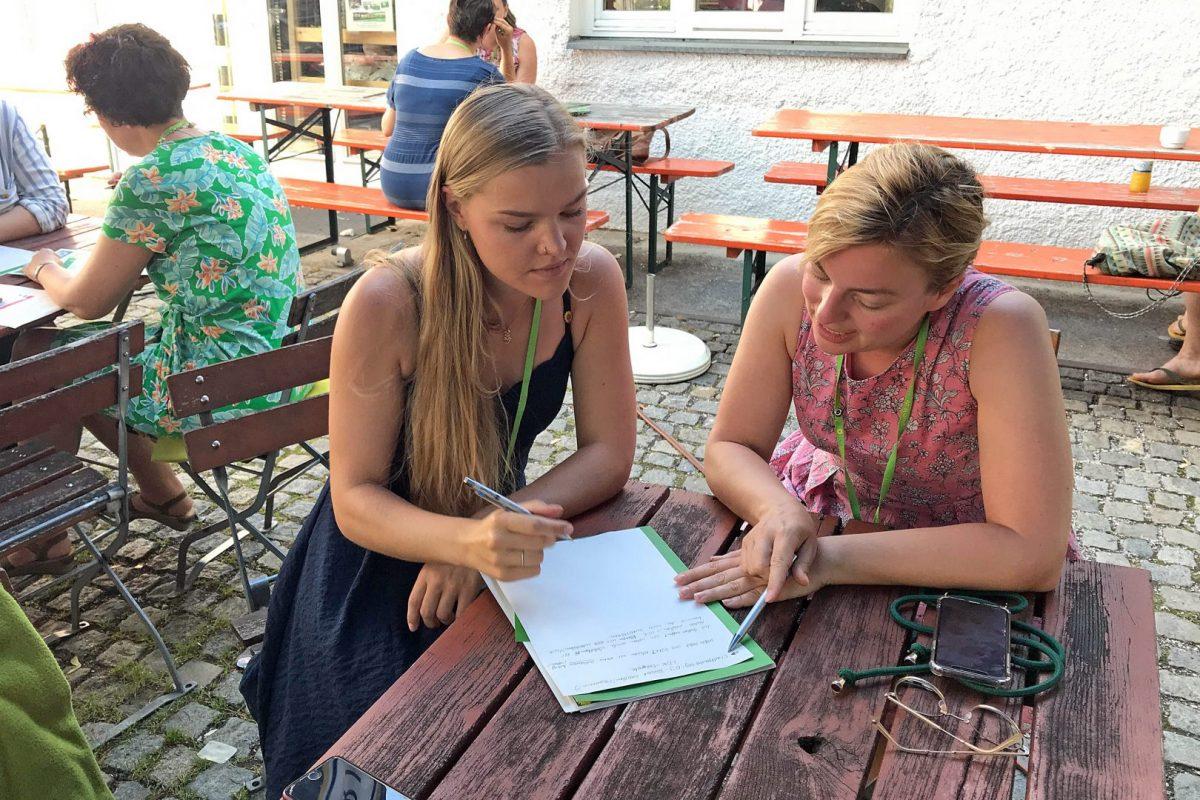 Jede Teilnehmerin bekommt eine*n Mentor*in zur Seite gestellt. Auch Katharina Schulze gibt ihre Erfahrung als Mentorin weiter.