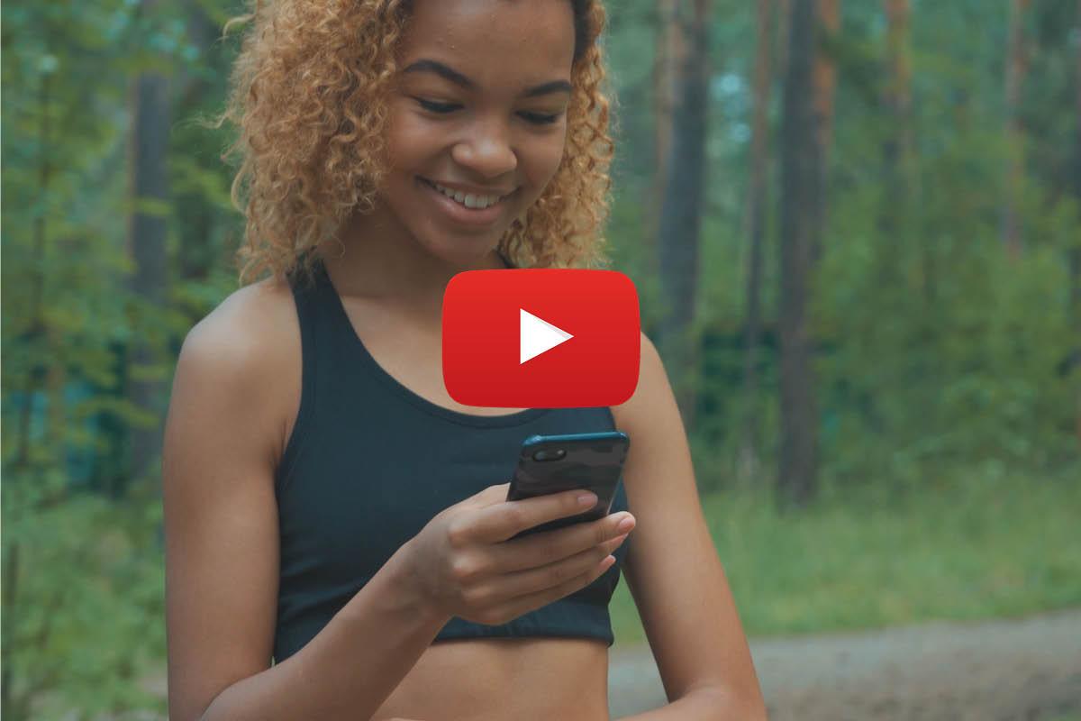 Ein junge Frau schaut auf ihr Handy