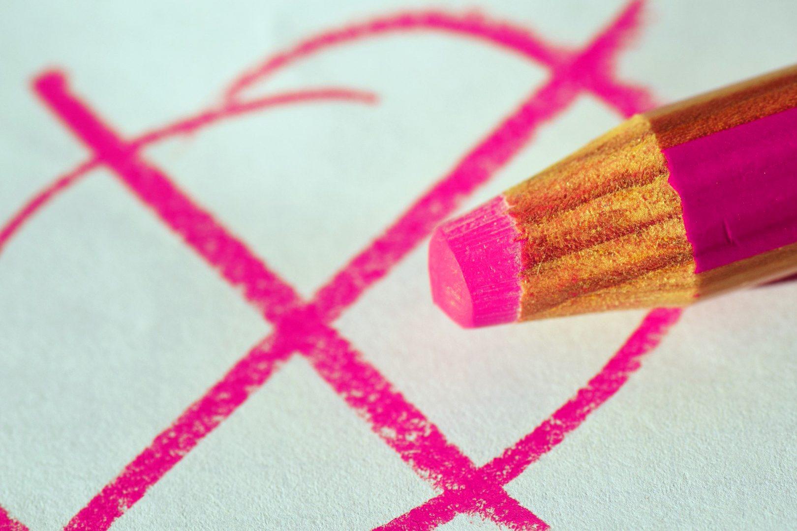 Pinkes Kreuz, mit dem Buntstift gemelt, auf weißem Blatt
