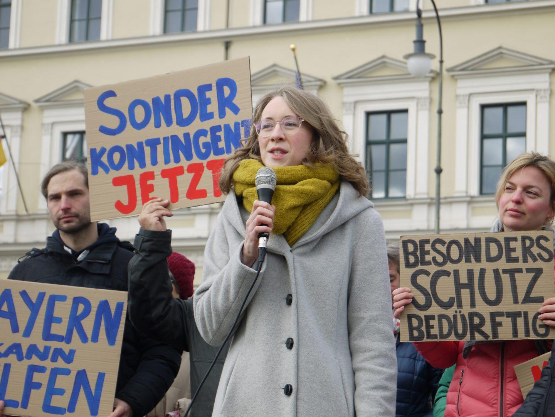Eva Lettenbauer spricht bei der Prostestaktion für die Aufnahme von Geflüchteten auf Lesbos
