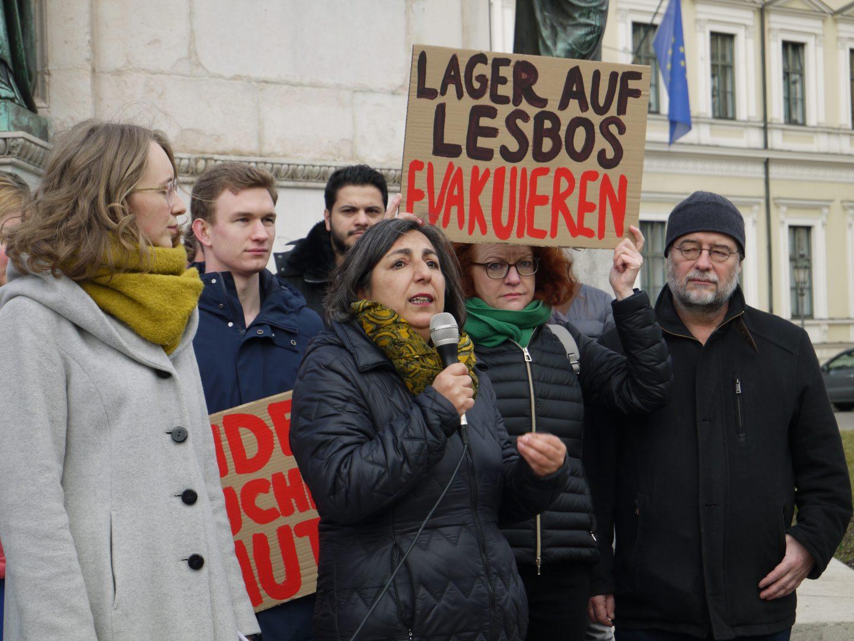 Gülseren Demirel spricht bei der Prostestaktion für die Aufnahme von Geflüchteten auf Lesbos