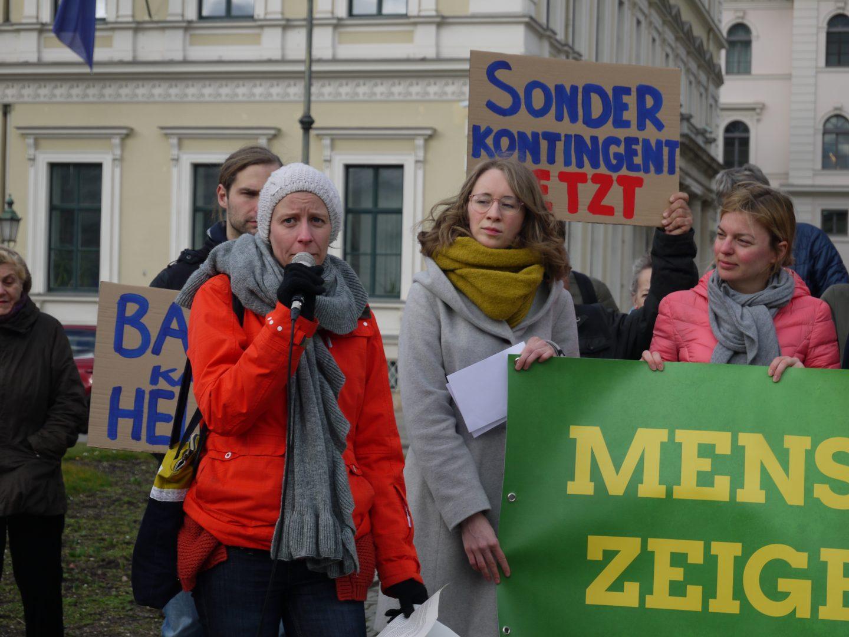 Jana Weidhaase vom Bayerischen Flüchtlingsrat spricht bei der Prostestaktion für die Aufnahme von Geflüchteten auf Lesbos / © Grüne Bayern